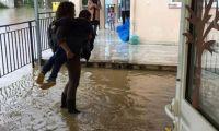 Κέρκυρα – Εκπαιδευτικοί κουβαλούσαν μικρά παιδιά έξω από τα πλημμυρισμένα σχολεία