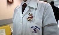 Politico: Οργή για τους εμβολιασμούς πολιτικών αντί υγειονομικών